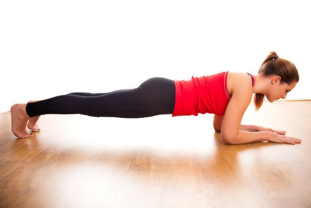 Le gainage ventral ou planche est un excellent exercice pour stimuler la fonte des graisses abdominales.
