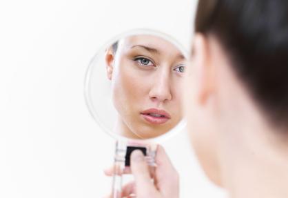 femme qui veut maigrir regardant son miroir
