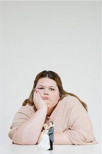 Femme obese triste